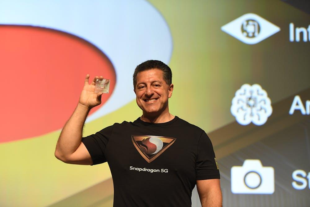 Qualcomm SVP Alex Katouzian präsentiert den neuen Snapdragon 855. (Foto: Qualcomm)