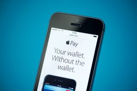 11.12.: Vier Jahre nach dem Start in den USA ist der iPhone-Bezahldienst Apple Pay auch in Deutschland verfügbar. Die Sparkassen sowie Volks- und Raiffeisenbanken nehmen nicht teil und setzen weiter auf eine eigene Lösung. (Foto: Bloomicon/Shutterstock)