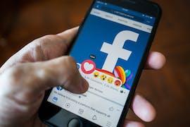 11.01.: Facebook ändert den Algorithmus für die Auswahl von Inhalten im Newsfeed der Nutzer. Sie bekommen vermehrt Beiträge von Freunden und Familie statt von Unternehmen, Medien und politischen Gruppen zu sehen. Damit solle sich das weltgrößte Online-Netzwerk wieder stärker auf persönliche Verbindungen ausrichten. Von Medien gibt es Kritik. (Foto: Wachiwit/Shutterstock)