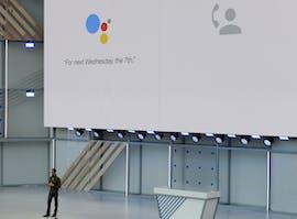 """08.05.: Google verblüfft die Branche mit einer Sprachsoftware, die nicht von einem Menschen zu unterscheiden ist. Google Duplex macht sogar Pausen, als würde jemand nachdenken – und füllt sie mit Lauten wie """"Ähm"""" und """"Umm"""" aus. Auf Bewunderung folgt die Forderung, die Software müsse sich stets als Maschine zu erkennen geben. (Foto: dpa)"""