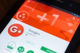 08.10.: Google räumt ein, dass sein soziales Netzwerk Google Plus jahrelang ein Datenleck hatte: App-Entwickler konnten seit 2015 ohne Erlaubnis auf einige private Nutzerdaten zugreifen. Google entdeckte und schloss die Lücke im März – verschwieg das aber zunächst. Nun soll der gescheiterte Facebook-Rivale für Verbraucher dichtmachen. Der Termin dafür wird auf April 2019 vorgezogen, nachdem Google im Dezember eine weitere Lücke einräumen muss. (Foto: Sharaf Maksumov/Shutterstock)