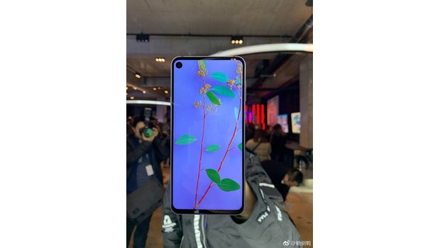 """Samsung Galaxy A8s im Hands-on. (Foto: Weibo, via <a href=""""https://twitter.com/UniverseIce/status/1072072108186824706"""">Ice Universe</a>)"""