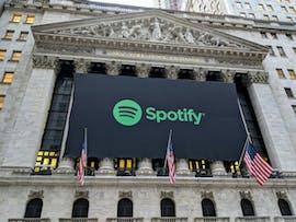 03.04.: Der Musikstreaming-Marktführer Spotify setzt mit einem starken Börsengang in New York ein Zeichen für den Erfolg europäischer Startups. Die Firma aus Schweden ist zum Börsenstart rund 30 Milliarden US-Dollar wert. Allerdings sinkt der Börsenwert zum Jahresende auf rund 25 Milliarden Dollar. (Foto: Christopher Penler/Shutterstock)