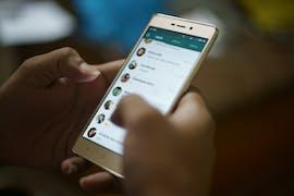 01.08.: Whatsapp ermöglicht es größeren Firmen, über den Dienst direkt mit ihren Kunden zu kommunizieren. Zu den ersten Unternehmen gehören die Fluggesellschaften KLM und Singapore Airlines, das Online-Reiseportal Booking.com und der Fahrdienst Uber. (Foto: Rahul Ramachandram/Shutterstock)