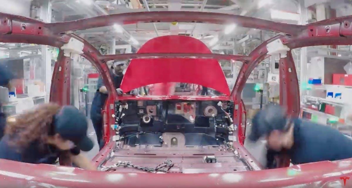 Dieses Video zeigt, wie ein Model 3 bei Tesla gefertigt wird