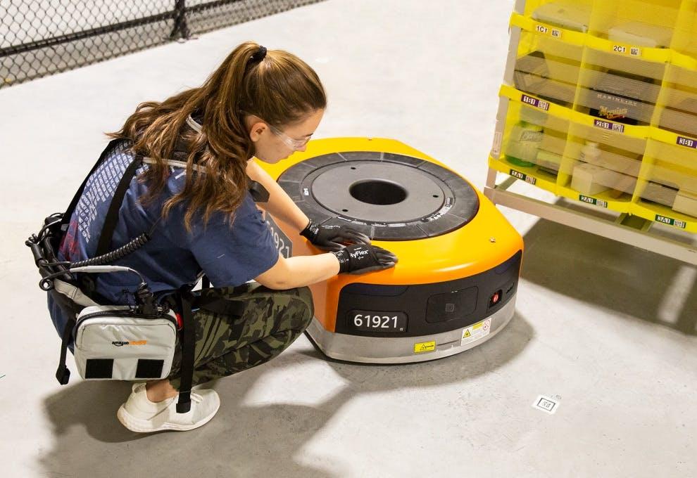 Amazon schützt seine Mitarbeiter mit Tech-Westen vor Robotern