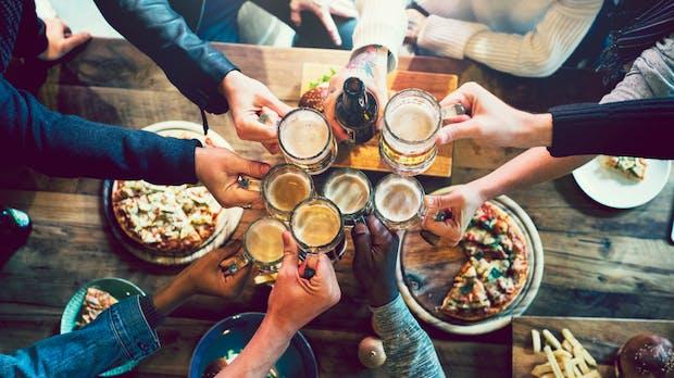 Alkohol am Arbeitsplatz: Ist ein Bier in der Mittagspause erlaubt?