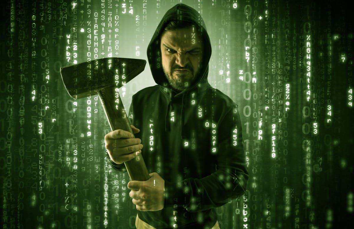 Der klassische Hacker geht eigentlich nicht ohne Hammer oder Axt aus dem Haus. Verständlich, irgendwie muss er diesen Server ja auch knacken. (Foto: Shutterstock)