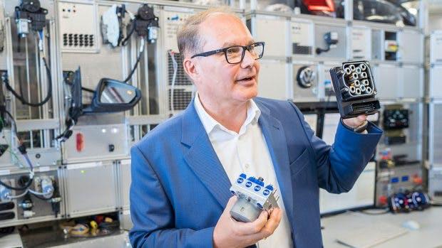 Entwicklungschef für Elektronik- und Elektrik Dr. Rolf Zöller zeigt ein Bauteil in der EE-Entwicklung. (Foto: Volkswagen)
