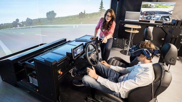 Industriepsychologin Marie Puhle im UX-Lab der Marke Volkswagen in Halle 90b. (Foto: Volkswagen)