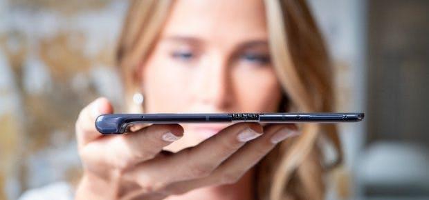 Das Huawei Mate X ist zusammengeklappt mit elf Millimetern dünner als Samsungs Galaxy Fold mit 17 Millimetern. (Foto: Huawei)