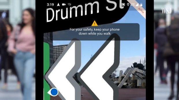 Google Maps mit AR-Navigation: Die App rät euch das Smartphone runterzunehmen - nicht nur, um den Akku zu schonen. (Screenshot: WSJ)