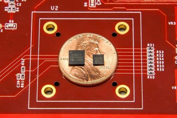 Googles Sicherheitschips Titan und Titan M (rechts). (Foto: Google)