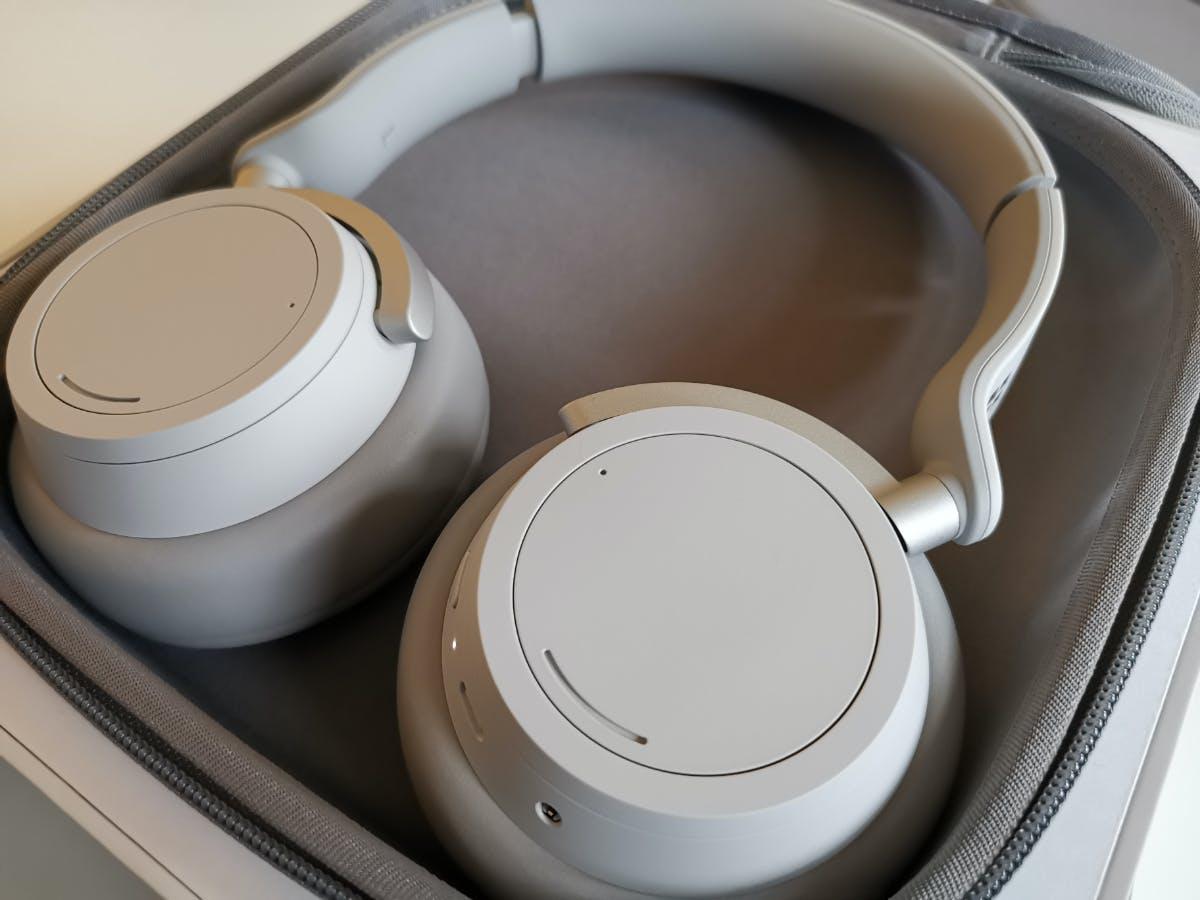 Die Microsoft Surface Headphones kommen mit Transportschale, USB- und Audio-Kabel. (Foto: t3n)