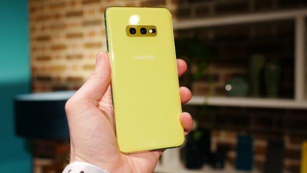 Das Samsung Galaxy S10e kommt auch in knalligem Gelb. (Foto: t3n)