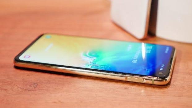 Das Samsung Galaxy S10e besitzt einen in den Powerbutton integrierten Fingerabdrucksensor. (Foto: t3n.de)