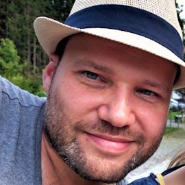 """Florian Effenberger, einer der Gründer und Geschäftsführer der Document Foundation, der Stiftung hinter Libre-Office: """"Öffentliche Gelder sollten zum Wohl der Gesellschaft eingesetzt werden. Freie und Open Source Software wird nicht nur von einer weltweiten Gemeinschaft erstellt, sie dient zudem gleichermaßen dem Wohl und der digitalen Teilhabe aller Menschen. Es ist daher nur folgerichtig, wenn steuerfinanzierter Code auch allen zur Verfügung steht. Durch die Möglichkeiten, aus dem Code zu lernen, ihn zu erweitern und ihn gemeinsam zu verbessern, kommt das so erzielte Ergebnis auf vielfache Art und Weise auch wiederum allen zugute. Das ist ein gelebtes Miteinander, einer der Grundpfeiler unserer Gesellschaft."""