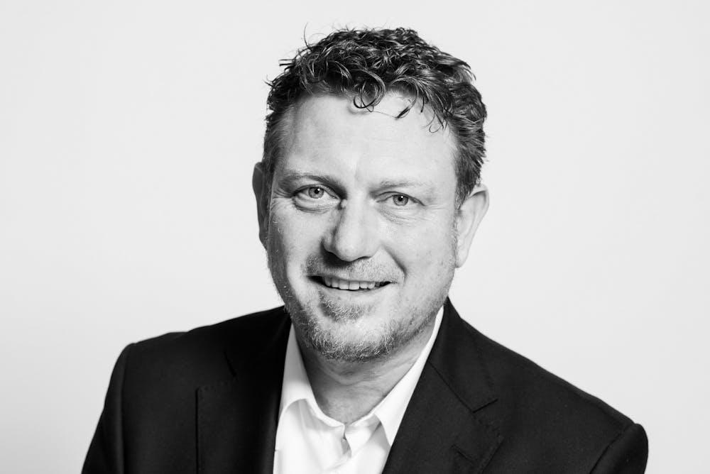 """Jimmy Schulz, FDP-Bundestagsabgeordneter, Vorsitzender des Ausschusses Digitale Agenda: """"Selbstverständlich bin ich der Meinung, dass Software, die von der öffentlichen Hand finanziert wurde, unter einer freien Lizenz veröffentlicht werden muss. Nur so werden wir in Deutschland eine zeitgemäße und nachhaltige E-Government-Landschaft errichten können. Entwicklungen aus verschiedenen Bundesländern oder auch Kommunen können parallel vorangetrieben werden, sich gegenseitig befruchten und trotz unterschiedlicher Hersteller überall weiterverwendet werden – so entsteht ein Wettbewerb der besten Ideen! Eine starke Open-Source-Kultur würde nicht nur in der Verwaltung, sondern auch in der Wirtschaft für einen starken Impuls sorgen, der europaweit unsere Softwarequalität, IT-Sicherheit, Flexibilität und IT-Wirtschaft direkt nach vorne bringt und uns unabhängiger macht von großen amerikanischen Softwareunternehmen. Ich begrüße und unterstütze die t3n-Initiative steuerfinanzierte Software unter offenen Lizenzen zu veröffentlichen, denn ich engagiere mich seit 25 Jahren für freie und offene Software. Bereits Anfang der 90ger Jahre war ich als Redakteur für das erste Open-Source-Magazin in Deutschland 'Amiga Public Domain' tätig. Als Vorsitzender der Projektgruppe Interoperabilität, Standards, Freie Software der Enquete-Kommission Internet und digitale Gesellschaft in der 17. Legislaturperiode habe ich mitgeholfen, dieses wichtige Thema in der Bundespolitik zu platzieren."""""""