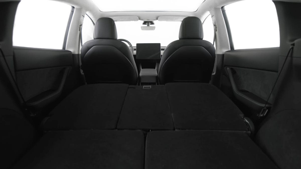 Tesla Model Y mit großem Kofferraum und optionaler zusätzlicher Sitzfläche für bis zu sieben Personen. (Bild: Tesla)