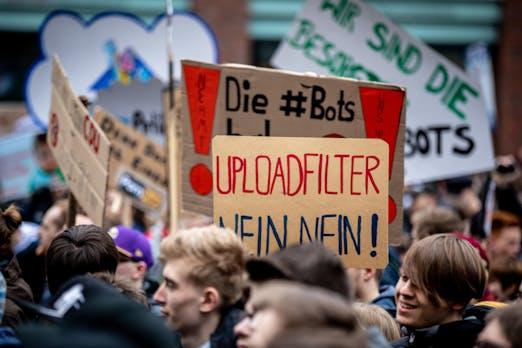 Bezahlt, gesteuert, kriegsbegeistert: Die Social-Media-Fails zur Urheberrechtsreform