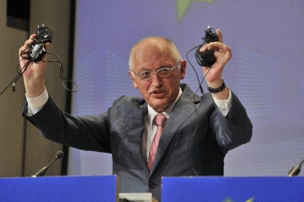 EU-Kommissionspräsident Günther Verheugen mit Ladegerät