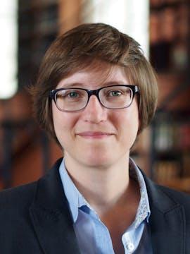 """Julia Reda, Europaabgeordnete der Piratenpartei: """"Regierungen und die öffentliche Verwaltung sind verpflichtet, nachvollziehbar zu handeln. Freie und Open Source Software stärkt daher die Transparenz bei der Bereitstellung von Infrastruktur und Dienstleistungen. Sie sorgt für mehr Investitionssicherheit bei der Vergabe öffentlicher Mittel."""""""