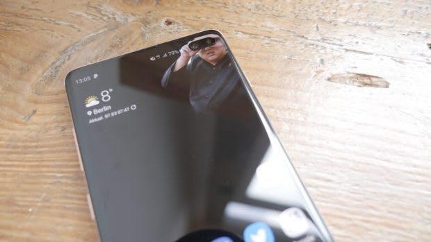Das Frontkameraloch des Samsung Galaxy S10 Plus lädt zu m Einsatz verspielter Wallpaper ein. (Foto: t3n)