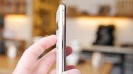 Samsung Galaxy S10 Plus: Auf der linken Seite sind Lautstärkewippe und Bixby-Button. (Foto: t3n)