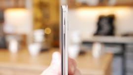 Samsung Galaxy S10 Plus von der Seite – der Powerbutton ist recht hoch positioniert. (Foto: t3n)