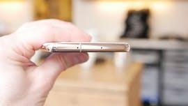 Auf der Oberseite des Samsung Galaxy S10 Plus sitzt der SIM-Kartenslot mit Hybrid-Option: Ihr könnt entweder eine zweite SIM-Karte einstecken, oder den Speicher per Micro-SD-Karte erweitern. (Foto: t3n)