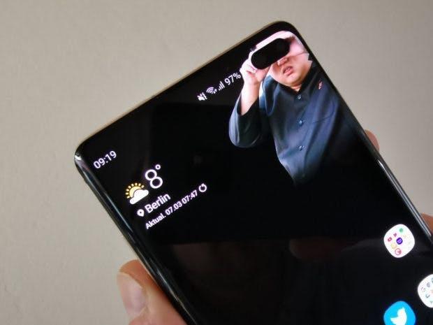 Das Frontkameraloch des Samsung Galaxy S10 Plus lädt zum Einsatz verspielter Wallpaper ein. (Foto: t3n)