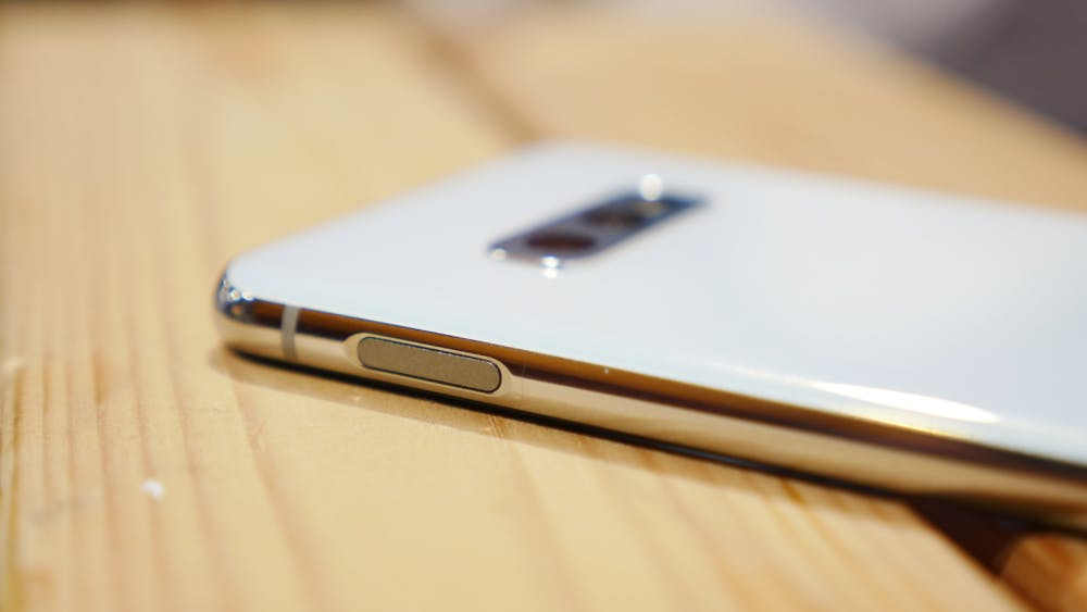 Beim Samsung Galaxy S10e ist der Fingerabdrucksensor in den Powerbutton integriert. (Foto: t3n)