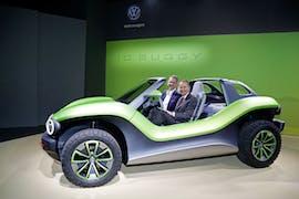 Günther Schuh, Chef der EgO Mobile AG, und Dr. Herbert Diess, Vorstandsvorsitzender der Volkswagen AG, im Volkswagen ID Buggy. (Foto: Volkswagen)