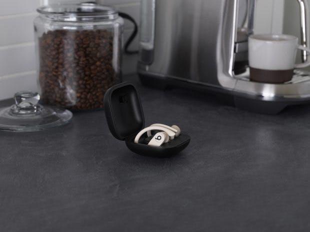 Der Case der Beats Powerbeats Pro wird per Lightning-Stecker nachgeladen – kabelloses Laden wird nicht unterstützt. (Foto: Beats)