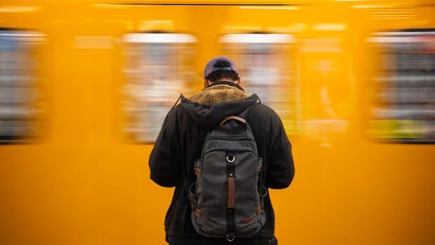 """Finanztest sagt: """"Monats- oder Jahresfahrkarten, die der Arbeitgeber beim örtlichen Verkehrsunternehmen vergünstigt erwirbt und unentgeltlich oder verbilligt an seine Mitarbeiter weitergibt, müssen nicht als Arbeitslohn versteuert werden. Der Vorteil blieb bis Ende 2018 nur steuer- und sozialabgabenfrei, wenn monatlich die Freigrenze von 44 Euro nicht überschritten wurde. Vorsicht: Auch andere Sachbezüge zählten dabei mit. Das wurde zu Jahresbeginn 2019 geändert. Seitdem können Sachbezüge, etwa Essensgutscheine, zusätzlich zum Jobticket steuerfrei ausgegeben werden."""" (Foto: dpa)"""