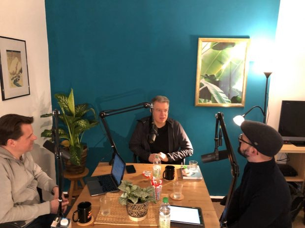 Frank Thelen (Mitte) im Gespräch mit den t3n-Chefredakteuren Stephan Dörner (links) und Luca Caracciolo. (Foto: Poolartists)