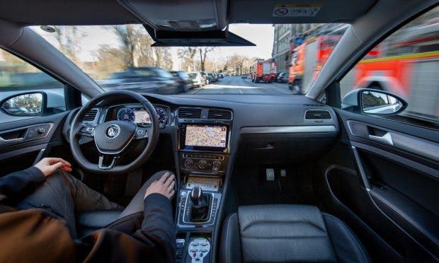 Volkswagen-Fahrzeuge vom Typ e-Golf fahren autonom auf einer Teststrecke in Hamburg. (Foto: Friso Gentsch; VW)