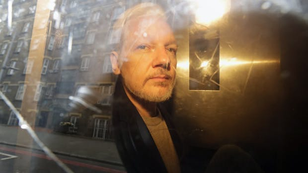 Wikileaks-Gründer Assange wird zu 50 Wochen Gefängnis verurteilt