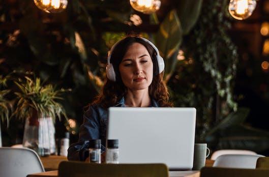 Musik am Arbeitsplatz: Deezer-Expertin verrät, wie du die perfekte Playlist erstellst