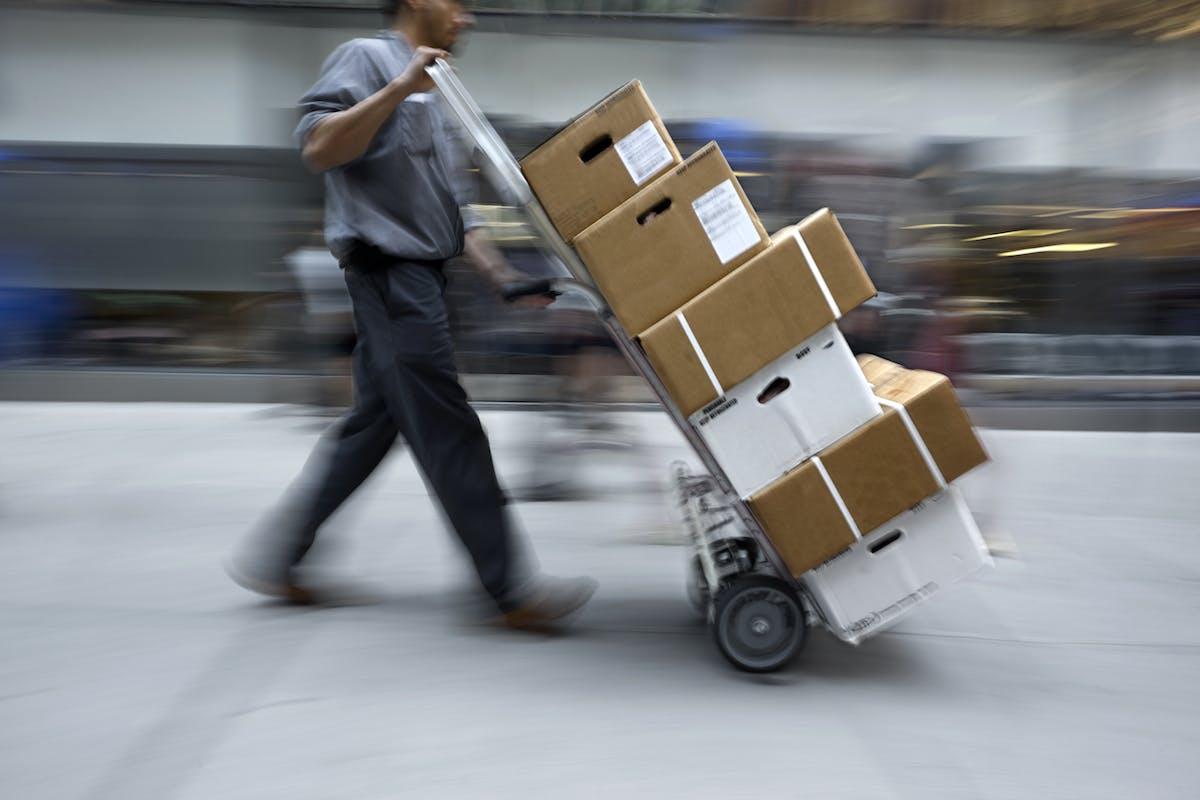 Eine Kundin bekommt über 100 Amazon-Pakete – die sie nie bestellt hat