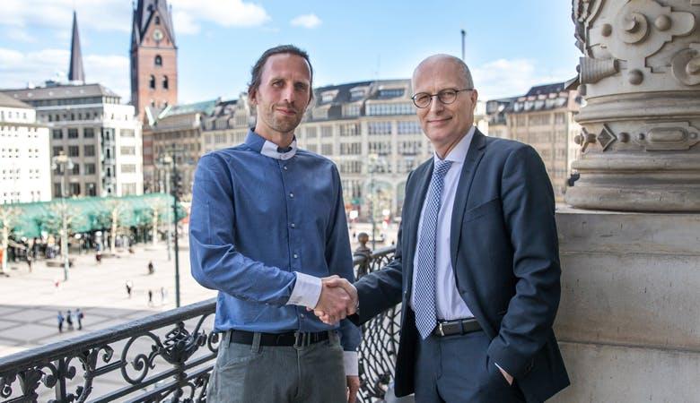 Veranstalter und erster Bügermeister Hamburgs beim Handshake