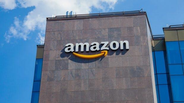 Amazon-Logo an einer Hausfassade. (Foto:Ioan Panaite/Shutterstock)