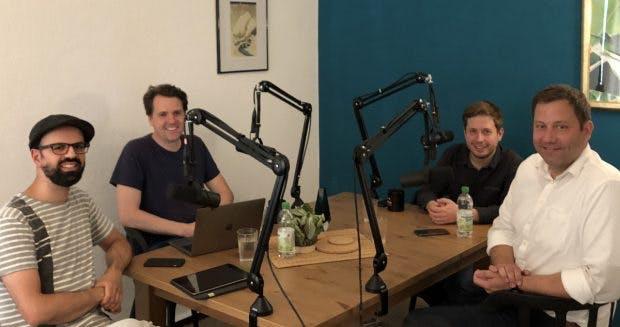 Die t3n-Chefredakteure Luca Caracciolo und Stephan Dörner im Gespräch mit Kevin Kühnert und Lars Klingbeil (von links). (Foto: Pool Artists)
