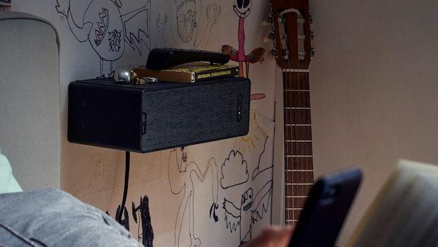 Ikea Symfonisk Regalspeaker an der Wand als Nachttisch (Foto: Ikea)