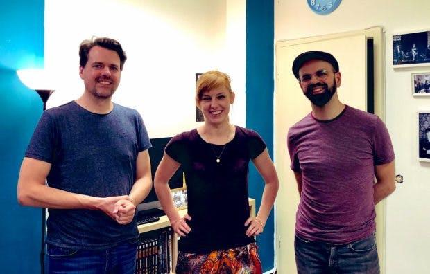 Die t3n-Chefredakteure Stephan Dörner (links) und Luca Caracciolo (rechts) im Gespräch mit Eva Schulz.(Foto: Pool Artists)