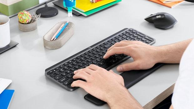 Logitechs neue Funktastatur MX Keys bringt smarte Hintergrundbeleuchtung des Tastenfeldes mit.  (Foto: Logitech)