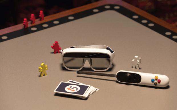 Tilt-Five-Kit aus AR-Brille, Controller, Spielbrett und Spielkarten.