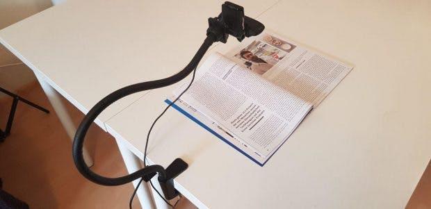 Webcam auf Stativ seitlich am Tisch befestigt.