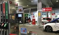 Weltpremiere: Tankstelle entfernt Zapfsäulen und baut Ladesäulen