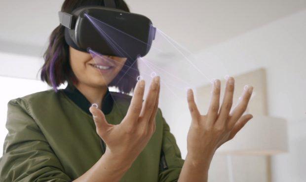 Frau nutzt Hand-Tracking mit der Oculus Quest VR-Brille.